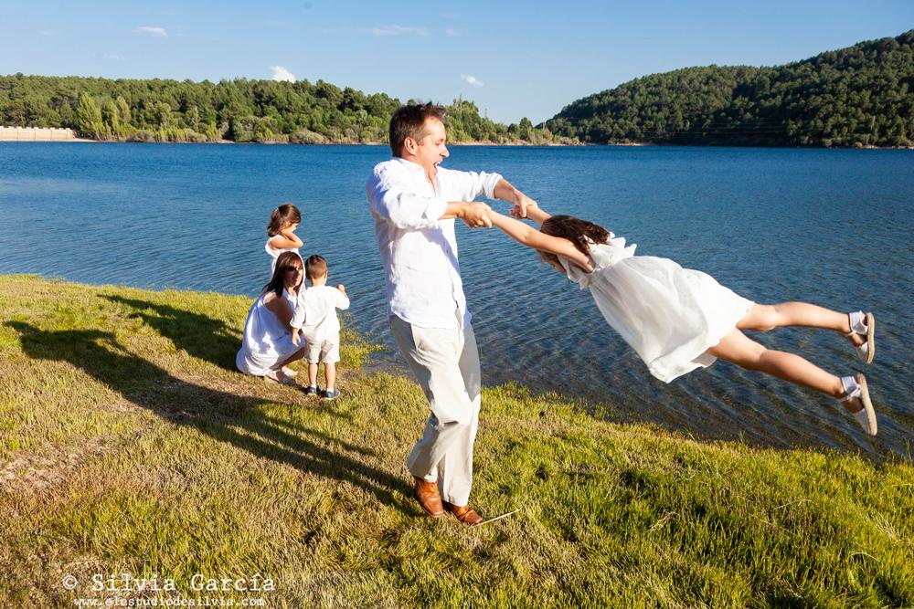 sesiones de verano, fotos de familia naturales, fotografía de familia Madrid, Sierra de Guadarrama, fotos en el campo