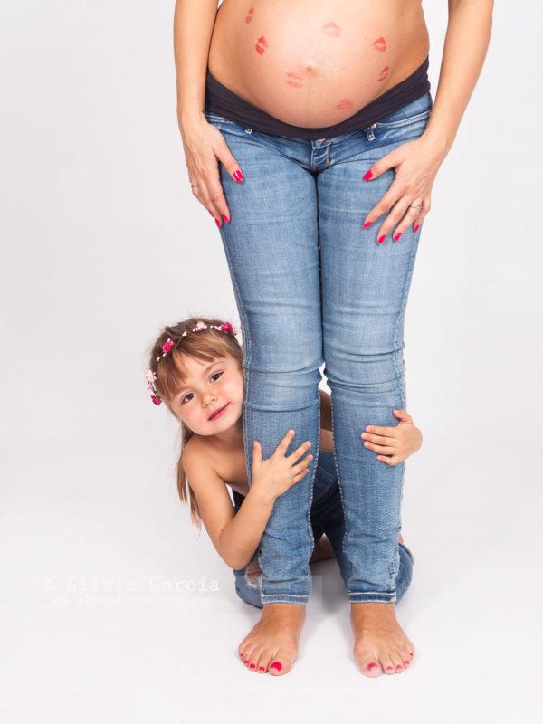 sesión de embarazo, fotografía de embarazo, fotos de embarazo, fotografía premama, fotos embarazadas, maternidad, fotos demebarazo divertidas, fotos de embarazo con hermanos, embarazada y guapa, fotografia familias, familias bonitas, familias divertidas