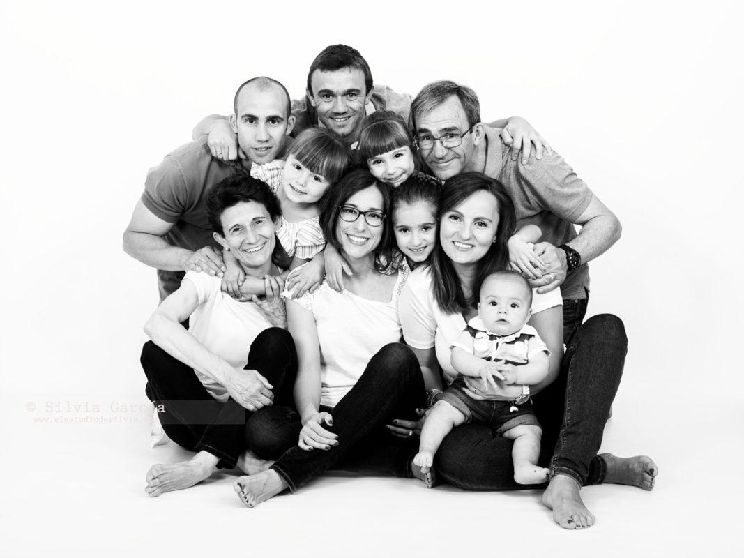 fotos con los abuelos, abuelos y nietos, fotos de familia divertidas, fotos familiares naturales, fotografía familiar Madrid, fotografía infantil Madrid
